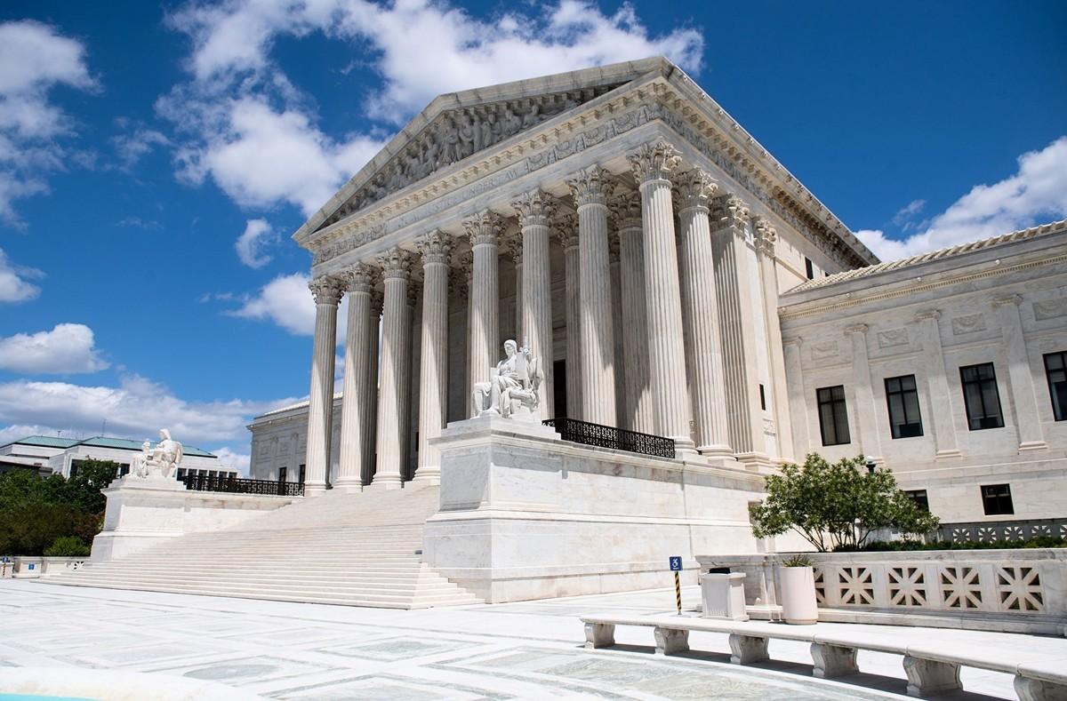 圖為美國最高法院外觀,攝於2020年5月12日。(Photo by SAUL LOEB / AFP)