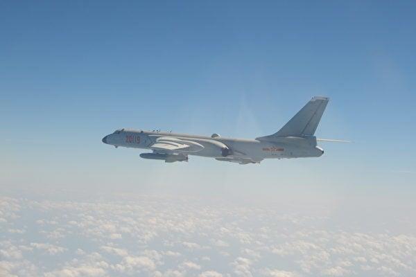 圖為2021年4月12日,25架中共軍機侵犯台灣西南防空識別區(ADIZ)。圖為轟-6K。(台灣國防部)
