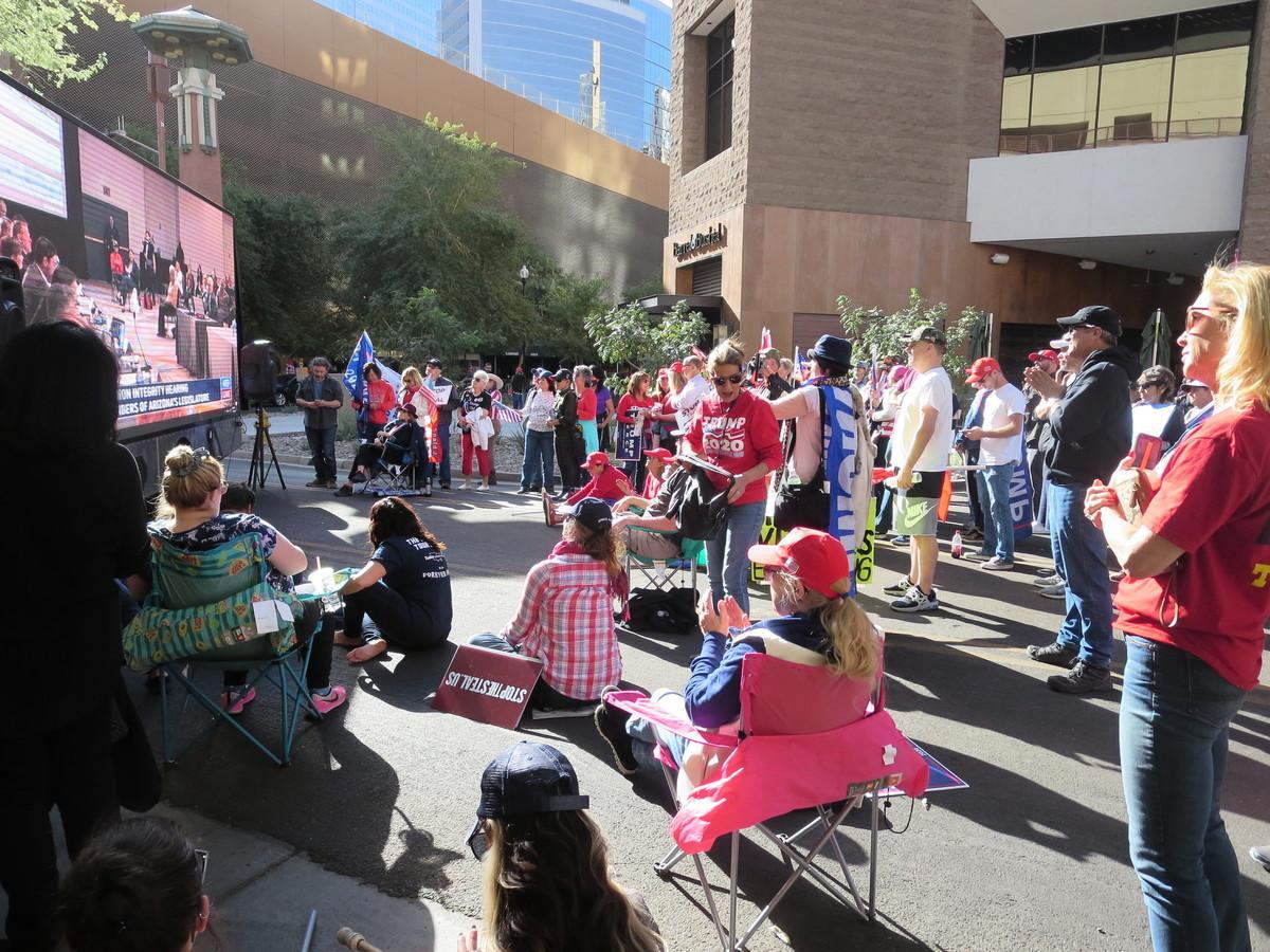 2020年11月30日,現場聲援的民眾在亞利桑那州鳳凰城凱悅酒店外觀看新唐人電視台現場直播關於選舉舞弊聽證會的實況。(李梅/大紀元)