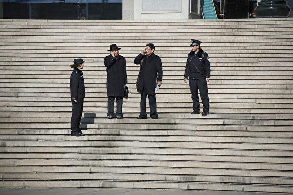 聶樹斌家人的律師陳光武和李樹亭在2014年12月22日離開濟南法院。(FRED DUFOUR/AFP/Getty Images)