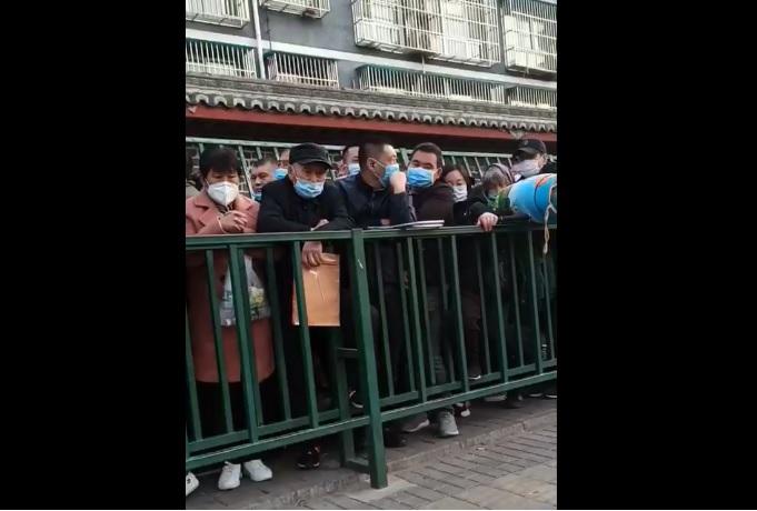 山東訪民李延香在國家信訪局發現截訪人員混進訪民隊伍中,李延香質疑他們是以甚麼的身份進去的?(受訪者提供/影片截圖)