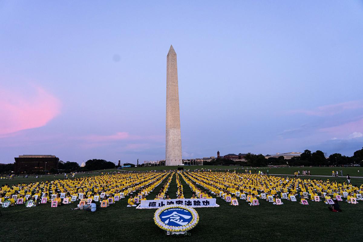 海外法輪功學員悼念在大陸被迫害離世的法輪功修煉者。(明慧網)