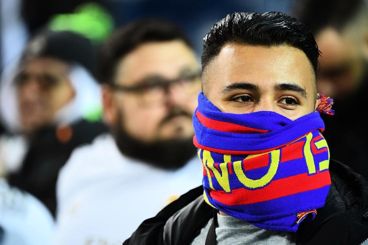 2020年3月1日,用圍巾當口罩的西班牙小伙。(GABRIEL BOUYS/AFP)