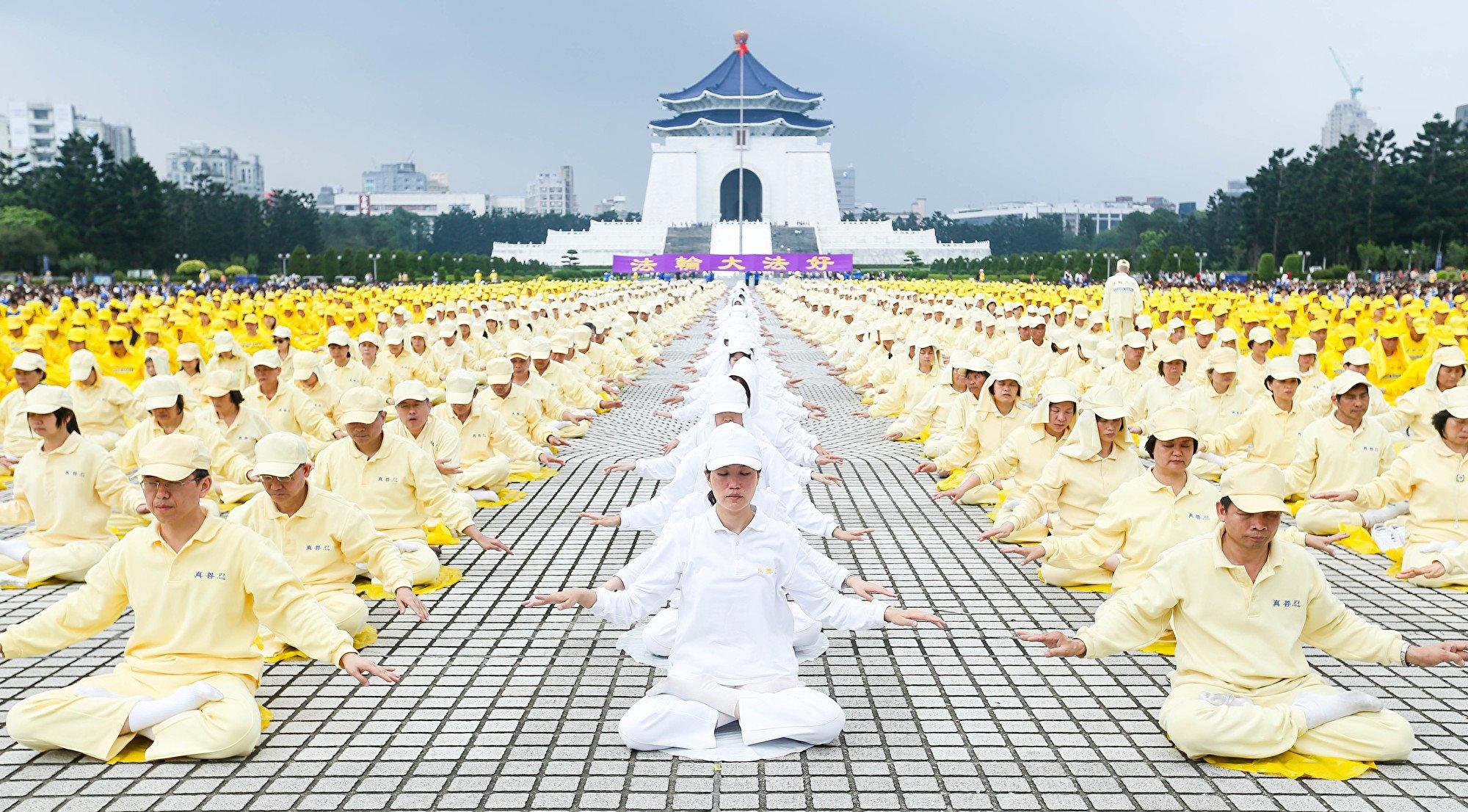 有網民在推特上為法輪功仗義執言。圖為2014年4月26日,台灣部份法輪功學員在台北中正紀念堂舉行排字、煉功活動。(白川/大紀元)