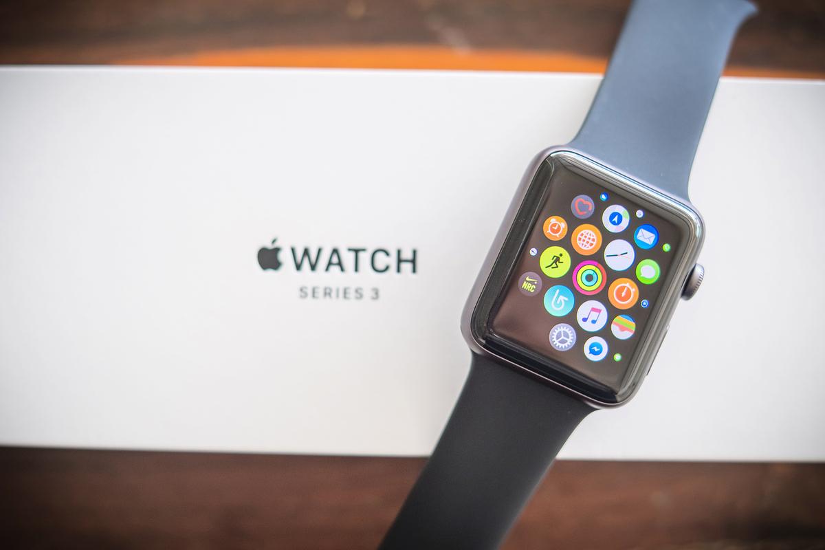 黑色星期五還沒到,沃爾瑪已經開始推出打折扣促銷了,其中蘋果手錶系列3價格最好。(Shutterstock)
