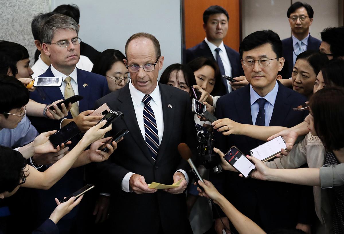 圖為美國東亞及太平洋事務局助理國務卿David Stilwell(中)於2019年7月17日日出訪首爾外交部,接受媒體採訪。(AHN YOUNG-JOON/AFP/Getty Images)