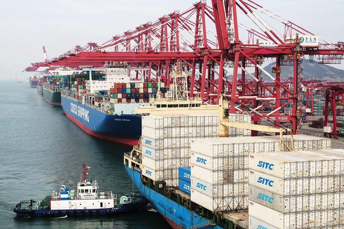 在中美貿易戰進行一年多之後,北京急對外釋放利好消息,期待分階段取消關稅。圖為今年5月山東青島港的貨運船隻。(Getty Images)