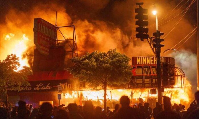 抗議者於2020年5月28日在明尼蘇達州明尼阿波利斯市第三警察區縱火。(Kerem Yucel/AFP via Getty Images)