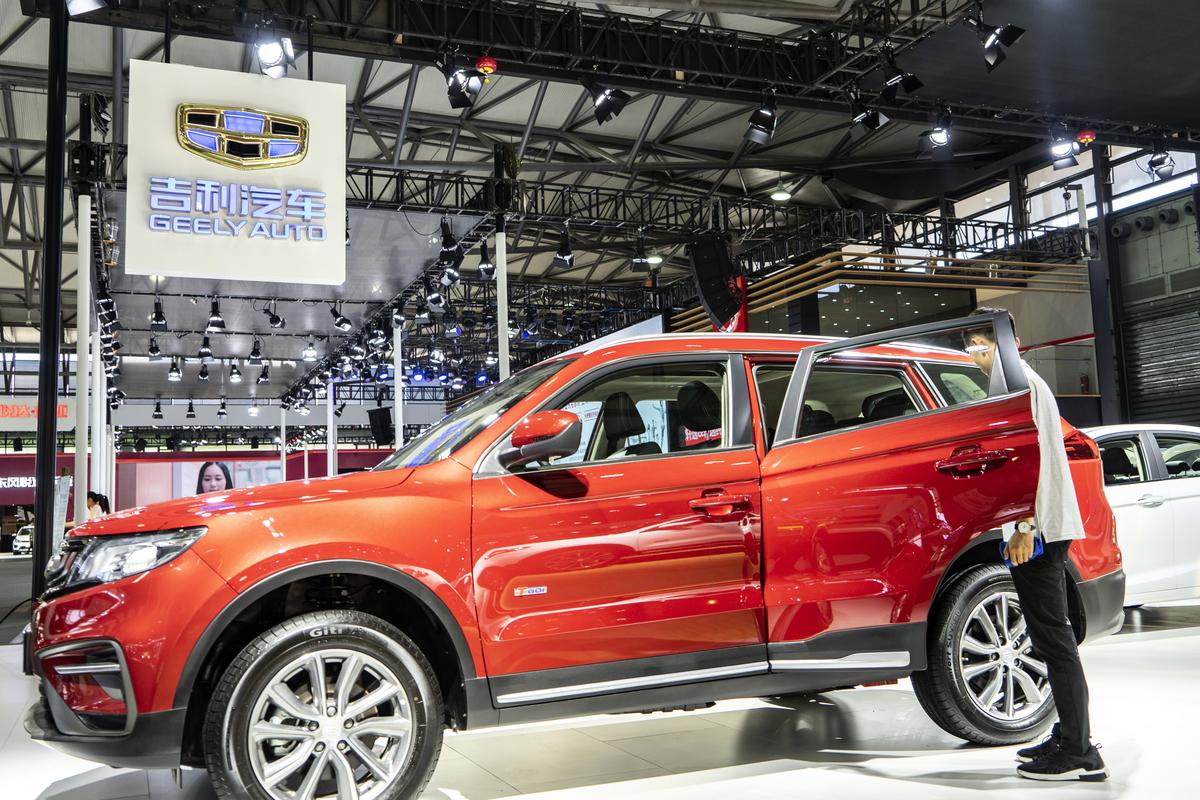 大陸自主品牌龍頭企業吉利汽車8月銷量比上年同期下滑19%,其中,新能源汽車銷量同比下滑41%。圖為2018浦東國際車展上的吉利汽車。(大紀元資料室)