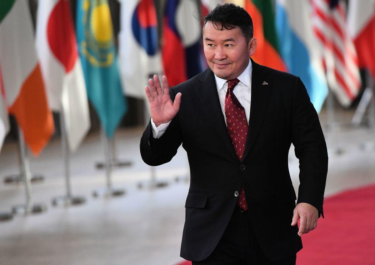最近親中共的蒙古人民黨倉促推動《總統選舉法》修正案,禁止現任總統競選連任。圖為現任蒙古總統哈勒特馬·巴圖勒嘎(Khaltmaagiin Battulga)於2018年10月18日,抵達歐洲理事會參加亞歐會議。(EMMANUEL DUNAND/AFP via Getty Images)