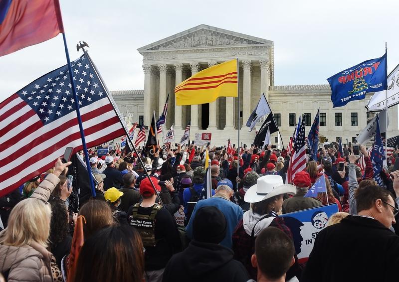 圖為2020年12月12日,美國華盛頓DC,特朗普的支持者聚集在最高法院前,抗議大選舞弊及表達對特朗普總統的支持。(OLIVIER DOULIERY/AFP via Getty Images)
