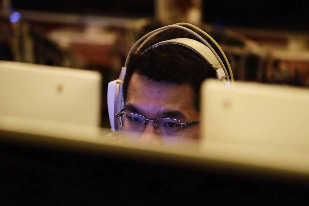 中共已建立世界上最廣泛、複雜的網絡審查制度。圖為2017年6月1日一名男子在北京網吧上網。 (AFP/Getty Images)