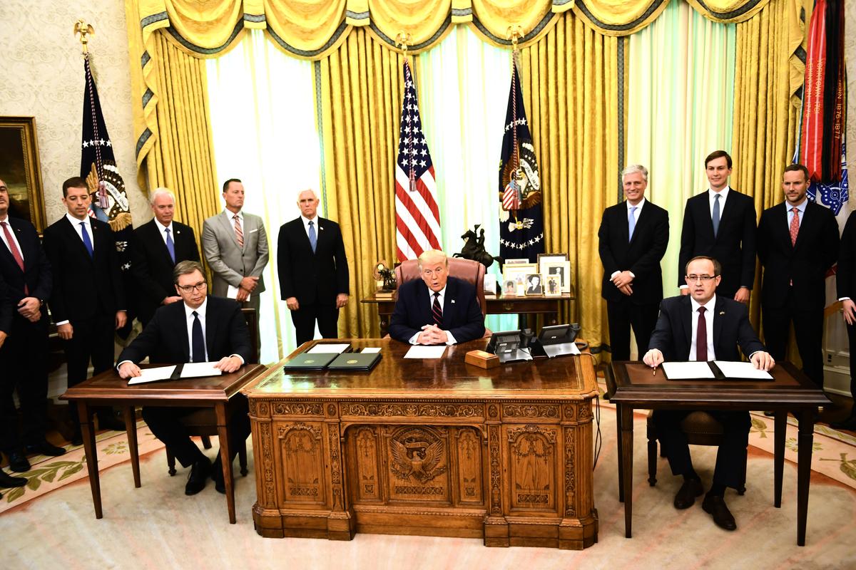 2020年9月4日,在美國總統唐納德·特朗普(中)的斡旋下,科索沃總理阿夫杜拉·霍蒂(Avdullah Hoti)(右)和塞爾維亞總統阿列克桑達爾·武西奇(Aleksandar Vucic)(左)於白宮橢圓形辦公室簽署兩國經濟關係正常化歷史性協議。(Brendan Smialowski/AFP)