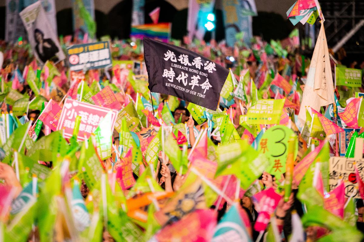 台北市信民兩岸研究協會2020年1月16日公佈選後民調顯示,在選舉期間發生的五件大事中,以香港「反送中」事件對台灣選舉影響最大。圖為民進黨支持者在選舉造勢活動中高舉「光復香港 時代革命」旗幟。(陳柏州/大紀元)