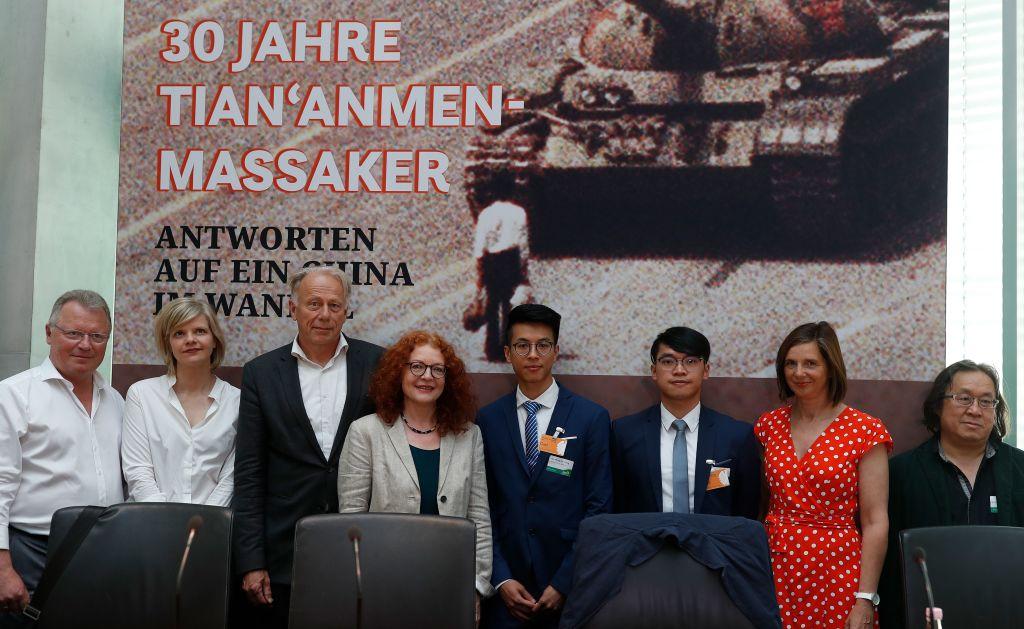 圖為2019年6月4日,歐盟對外關係委員會亞洲計劃主管揚卡・厄特爾(Janka Oertel,左三)在德國紀念天安門大屠殺30周年的一次活動上。(Odd ANDERSEN/AFP)
