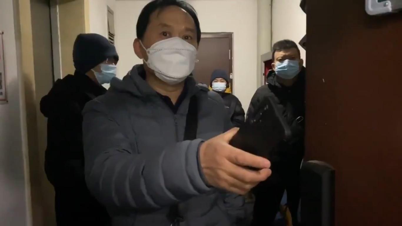 12月9日早6點,多名國保就堵在王全璋在北京的家的門口。(影片截圖)