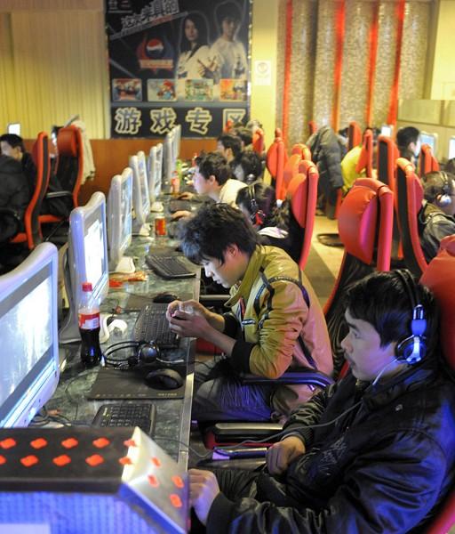 大陸遊戲公司2019年倒閉近2萬家,比2018年增加了92.79%。圖為年輕人在北京一網吧上網玩遊戲。(LIU JIN/AFP/Getty Images)