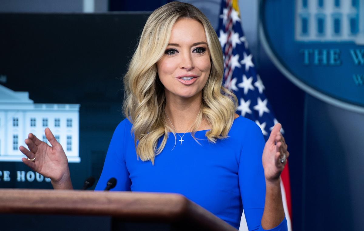 2020年10月1日,時任白宮新聞發言人凱莉·麥肯納尼(Kayleigh McEnany)於在華盛頓特區白宮佈雷迪新聞發佈室(Brady Press Briefing Room)舉行新聞發佈會。(SAUL LOEB/AFP via Getty Images)