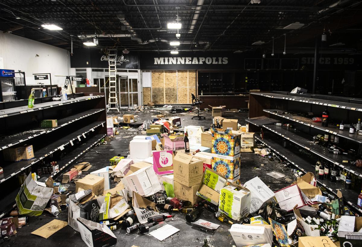 喬治·弗洛伊德(George Floyd)之死引發美國各地的抗議和騷亂。圖為2020年6月5日,明尼阿波利斯一家商店(Chicago Lake Liquors)被洗劫後的場面。(Stephen Maturen/Getty Images)