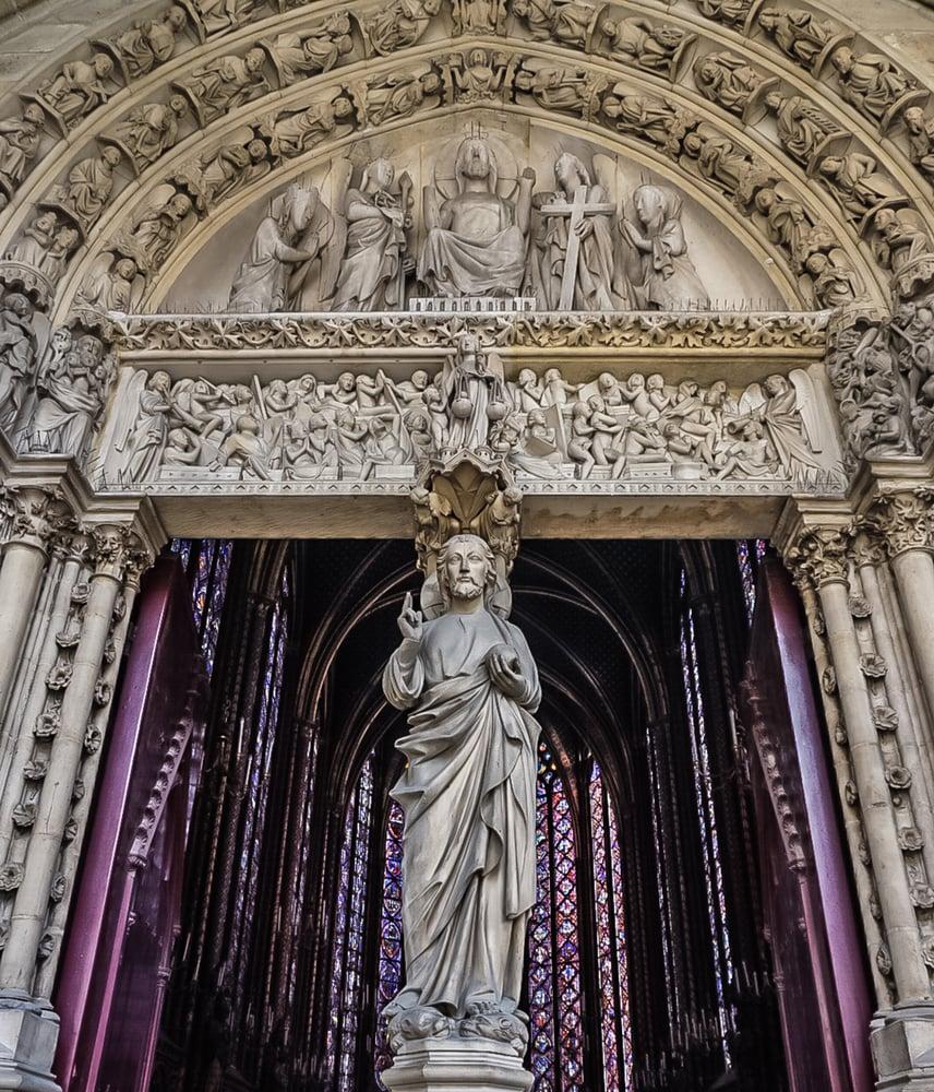 上層入口中央的門柱上雕刻有耶穌像。(Shutterstock)