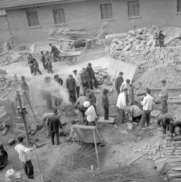 一些民主黨人擁抱「社會主義」政策理念已引發在美中國移民的警覺,開始對「社會主義」說「不」。圖為1958年10月1日中共搞社會主義大煉鋼鐵。(AFP)