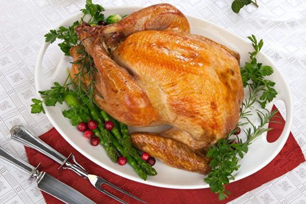 澳洲蒙納許大學的研究發現,多食用蛋、肉類、乳製品等高蛋白質食物,比較容易放臭屁。圖為一隻烤雞。(Fotolia)