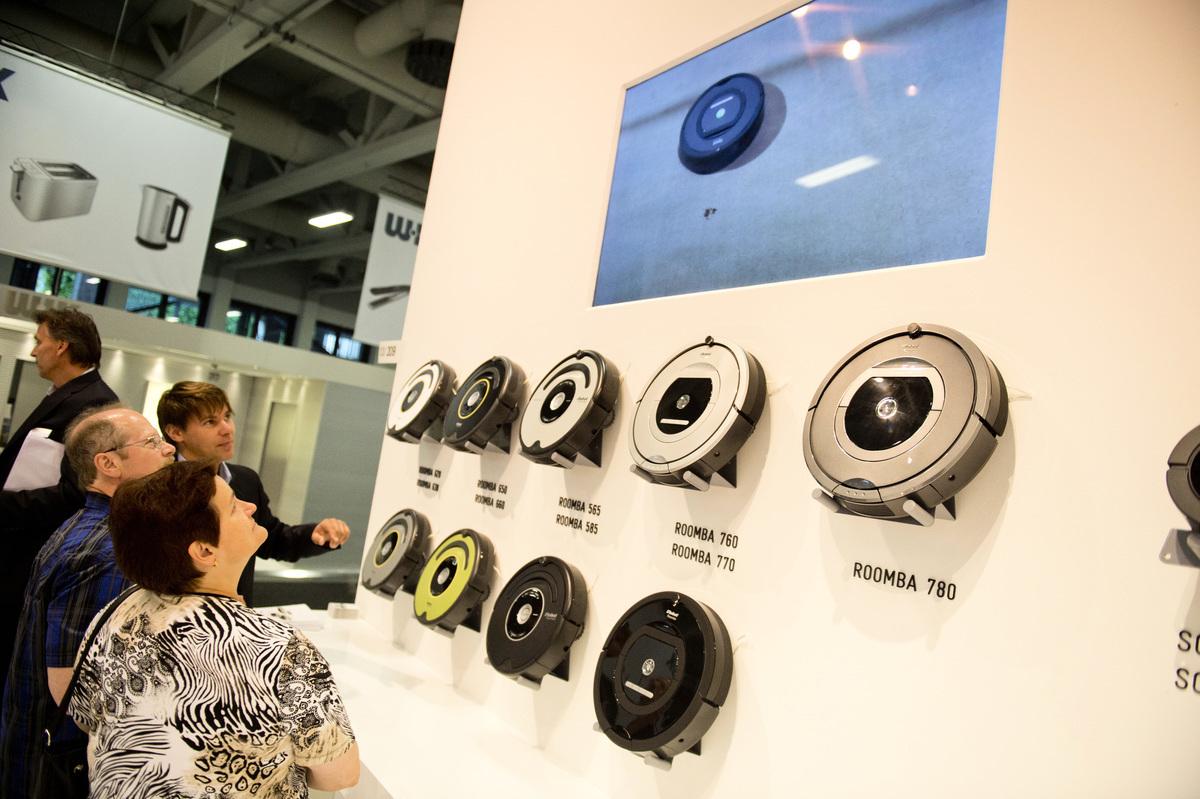 美國掃地機械人大廠iRobot在德國IFA貿易展覽會上展出其家電產品。(ODD ANDERSEN/AFP/GettyImages)