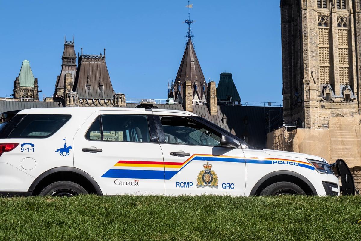 加拿大騎警專員盧基鼓勵公眾撥打電話1-800-420-5805,舉報任何可能的施壓或威脅行為。圖為加拿大騎警在渥太華國會山。(Shutterstock)