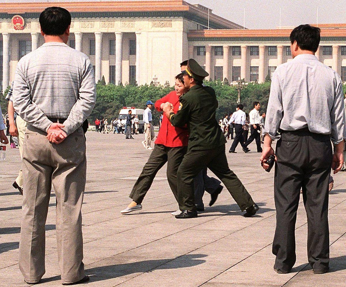 2000年5月11日天安門廣場,警察抓捕法輪功學員。(STEPHEN SHAVER/AFP via Getty Images)
