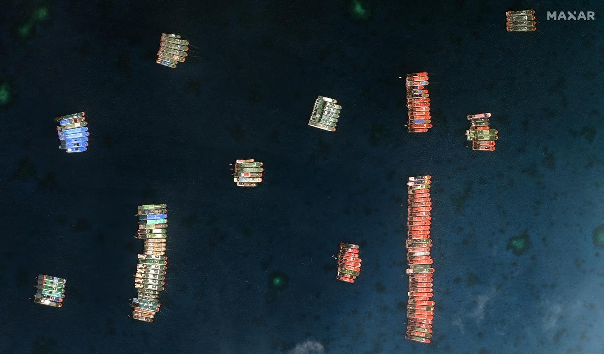 中國約200艘船隻集結在南海牛軛礁附近。(Philippine Coast Guard Handout/AFP)