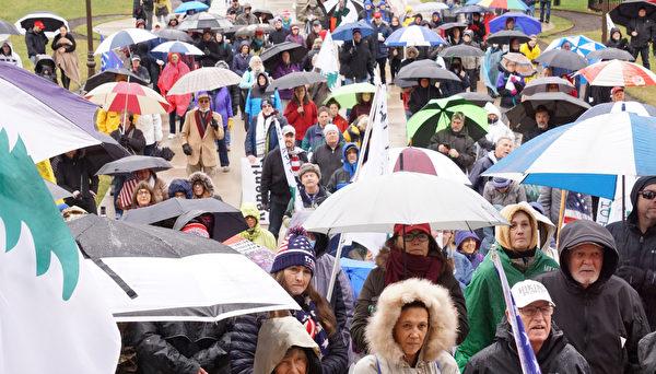 美東時間2020年12月12日,上千名來自密歇根州各界民眾,冒雨再次聚集在密歇根州首府蘭辛市州議會大樓前,舉行和平挺特朗普總統遊行和集會。(林慧心/大紀元)