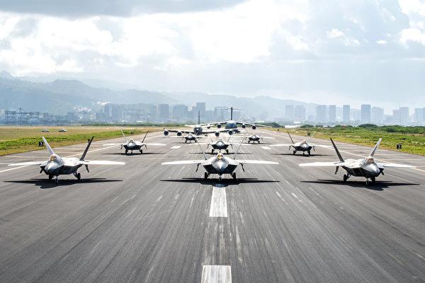 2020年4月21日,美軍8架F-22戰鬥機、KC-135機油機、C-17在夏威夷火奴魯魯機場展示大象漫步。(美國空軍)