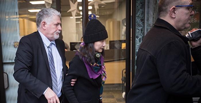 2018年12月12日,加拿大溫哥華,獲准保釋的孟晚舟(中)在安保陪同下出門。(大紀元資料室)