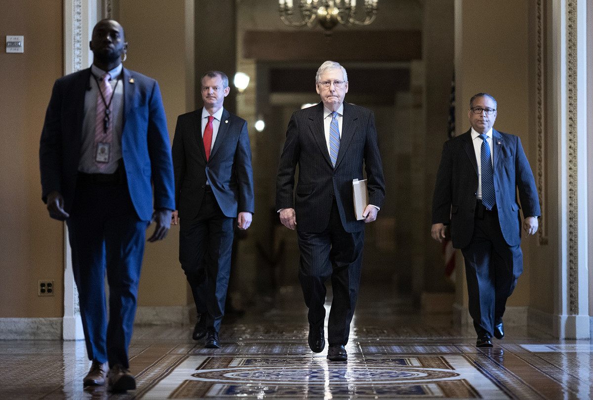 2020年3月18日,美國參議院共和黨領袖麥奇·麥康奈爾(Mitch McConnell)步入國會。(Win McNamee/Getty Images)