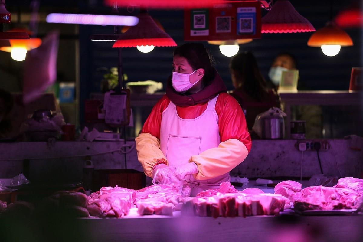 東北地區受到中共病毒疫情影響,物價飛漲,封城導致居民無收入。圖為瀋陽一處市場。(STR/AFP via Getty Images)