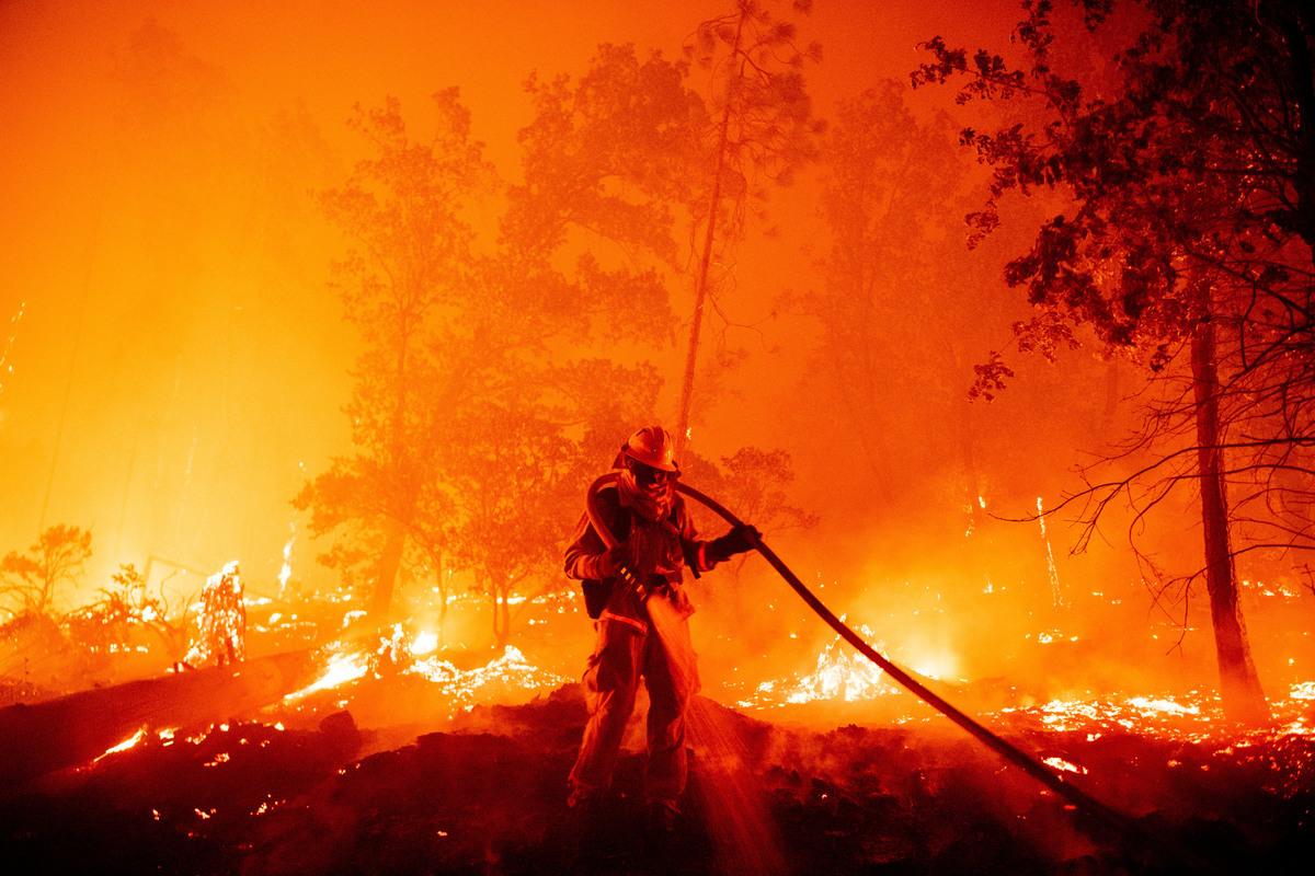 8月至9月,加州多地野火肆虐,前所未有。圖為加州溪火(Creek Fire)。(Photo by JOSH EDELSON/AFP)