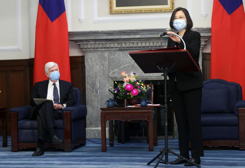 中華民國總統蔡英文(右)2021年4月15日在總統府接見美國前聯邦參議員陶德(Chris Dodd)(左)訪團時表示,期待台美儘速重啟TIFA對話,在發展綠能、因應假訊息與認知戰上可長期合作;台灣願與美國在內的理念相近國家,共同守護印太區域穩定和平。(中央社)