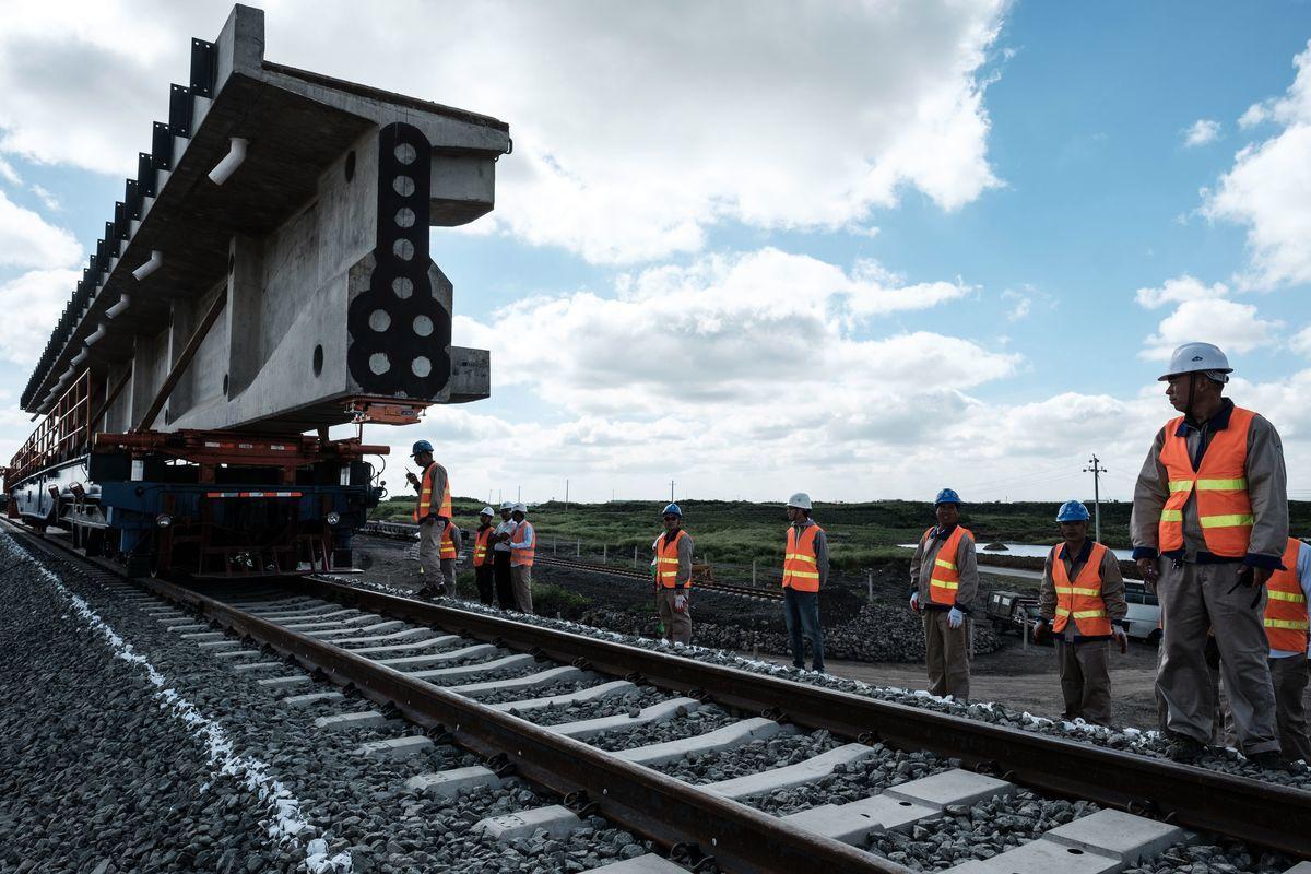 2018年6月23日,肯尼亞內羅畢(Nairobi),中國工人站在標準軌距鐵路(SGR)施工現場。(YASUYOSHI CHIBA/AFP/Getty Images)