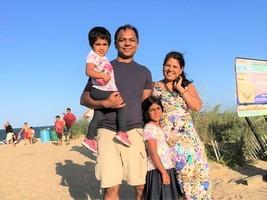 感恩大法 印裔高級工程師一家人走入修煉