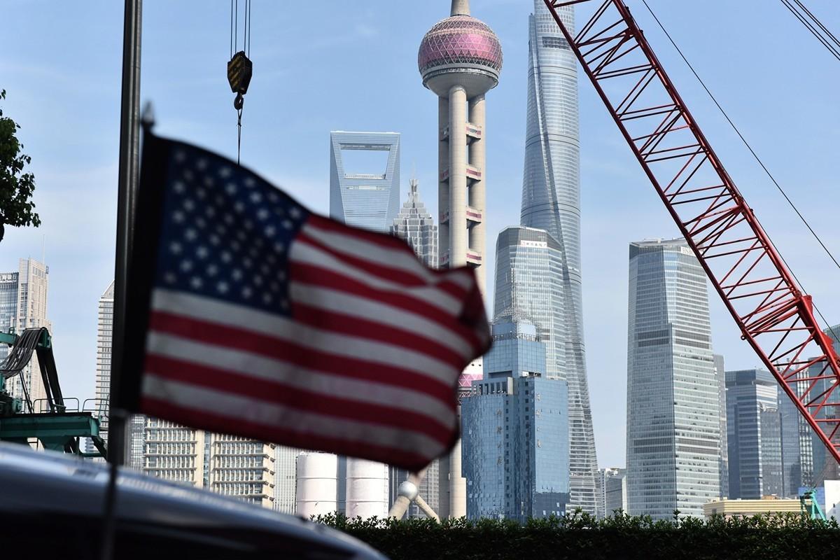 周二(7月30日),中美高級貿易代表恢復談判,但各界對談判獲得突破預期不高。圖為載著美方談判代表的領事館車上飄揚著美國國旗。(GREG BAKER/AFP/Getty Images)