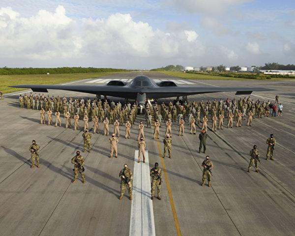 2020年8月31日,第393遠程轟炸機中隊的200多名美國空軍成員、政府僱員和承包商,在印度洋的迭戈加西亞島與部署的B-2隱形轟炸機合照。(美國空軍)