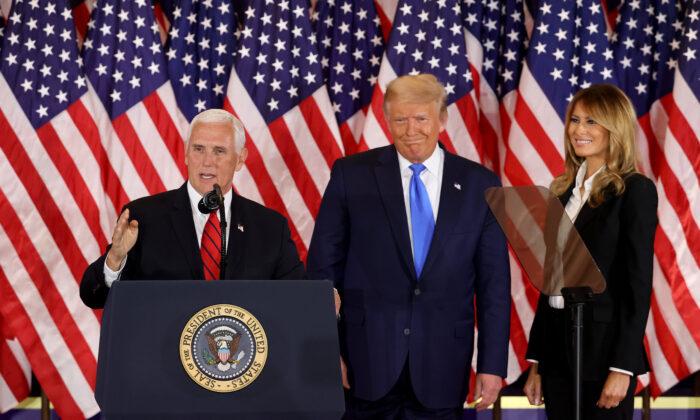 圖為2020年11月4日凌晨2點後不久,在華盛頓白宮東廳,副總統邁克·彭斯(Mike Pence)在總統特朗普和第一夫人梅拉尼婭·特朗普的觀看下發表講話。(Chip Somodevilla/Getty Images)