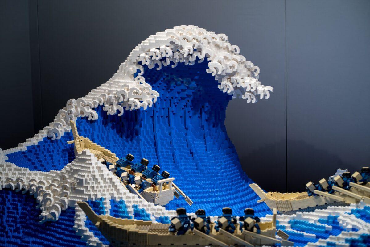 最近,日本藝術家三井淳平用5萬塊樂高拼接積木,以實物方式立體呈現日本浮世繪畫家葛飾北齋的著名木版畫《神奈川沖浪裏》。(三井淳平提供)