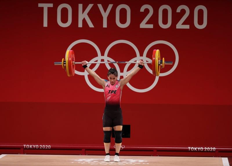 台灣「舉重女神」郭婞淳,奪得東京奧運女子59公斤級金牌,為台灣代表團進帳東京奧運第一面金牌。(中央社)