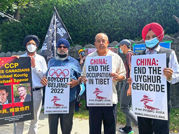 加拿大印度之友組織主席Maninder Gill(右二)說,他們在為弱勢群體而發聲。(梁月/大紀元)