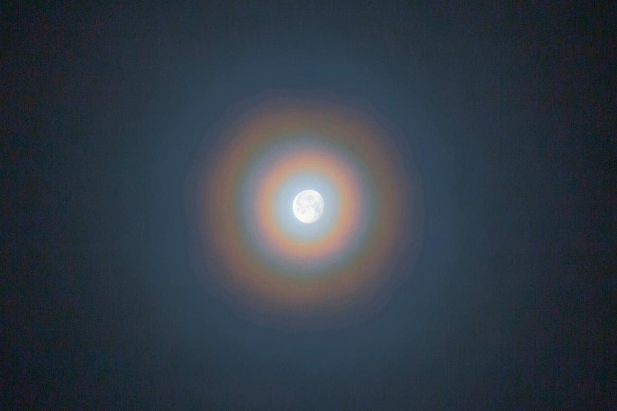 據了解,華(Corona)是一種自然光源透過薄雲中的微細水滴所而產生的特殊光像。(Shutterstock)