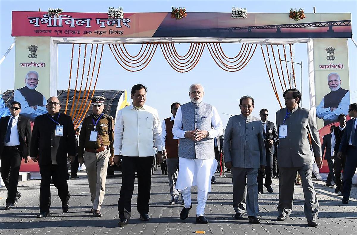 週二(12月25日),印度總理莫迪(Narendra Modi)主持最長公路鐵路兩用橋開通儀式,這座橋距離中印邊界僅20多公里,大橋開通提高了向中印邊界運送物資和部隊的能力。(Handout/ PIB/AFP)