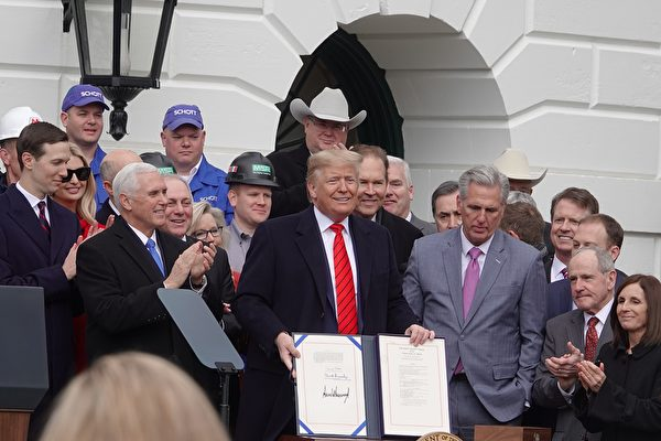 1月29日中午,美國總統特朗普在白宮簽署《美國-墨西哥-加拿大貿易協議》(USMCA),重塑北美貿易規則。(亦凡/大紀元)