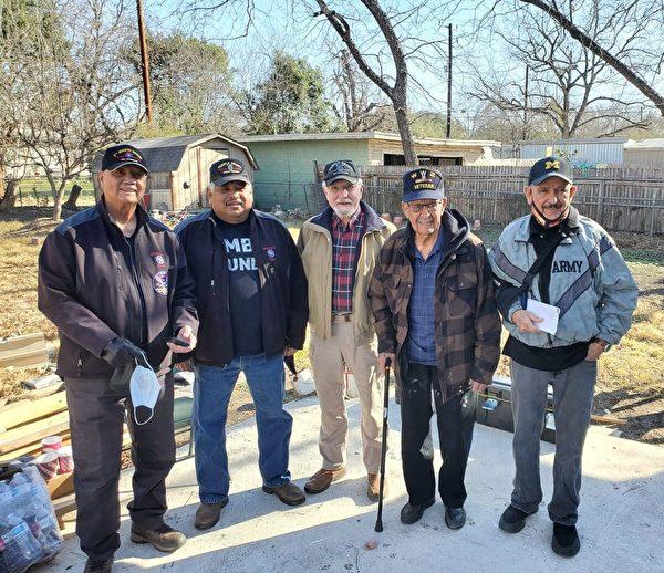 阿爾弗雷德‧瓜拉(右二)與紫心勳章團隊、聖安東尼奧第一浸信會教堂和「破碎勇士的天使」退伍軍人在一起。(照由弗雷德‧阿爾瓦拉多提供)