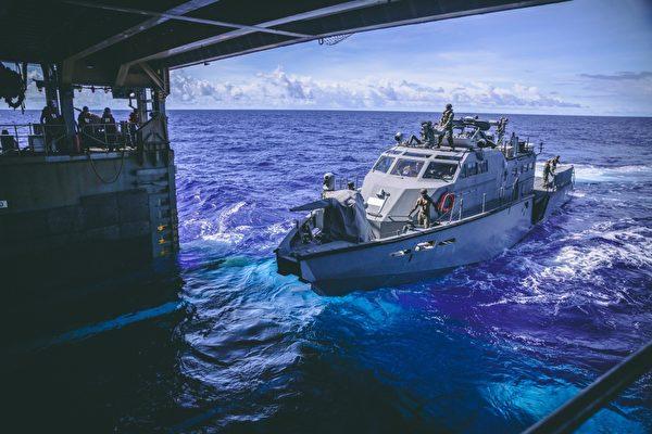 2020年10月4日,美軍海上遠征安全部隊和爆炸物處置移動單位的快艇,在菲律賓海駛入兩棲登陸艦康斯托克號(LSD 45)的船塢內。(美國印太司令部)
